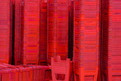 Acción de sillas plásticas rojas Foto de archivo