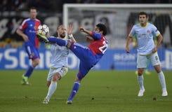 Acción de UCL: el futbolista golpea la bola con el pie Fotos de archivo libres de regalías