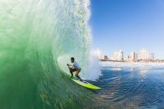 Acción del agua de Durban de la onda del tubo del SORBO que practica surf Imagen de archivo libre de regalías