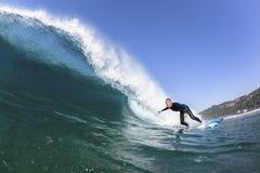 Acción del agua de la onda de la persona que practica surf Imagen de archivo