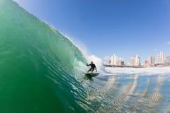 Acción del agua de la persona que practica surf que practica surf Imágenes de archivo libres de regalías