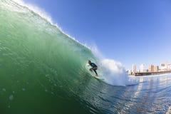 Acción del agua que practica surf Fotos de archivo
