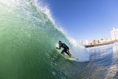 Acción del agua que practica surf Imagen de archivo