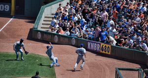 Acción del béisbol abajo de la línea de campo derecho Foto de archivo