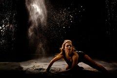 Acción del bailarín del polvo oscura Imágenes de archivo libres de regalías
