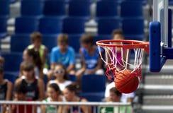 Acción del baloncesto Imágenes de archivo libres de regalías