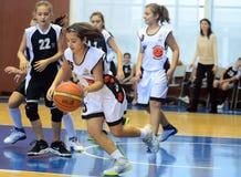 Acción del baloncesto de las muchachas Fotografía de archivo