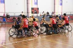 Acción del baloncesto de sillón de ruedas de los hombres Foto de archivo
