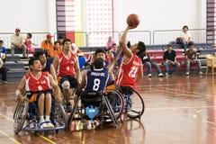 Acción del baloncesto de sillón de ruedas de los hombres Imágenes de archivo libres de regalías