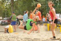Acción del balonmano de la playa Foto de archivo