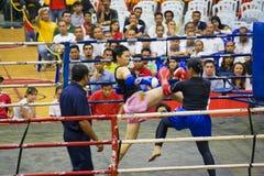 Acción del boxeo de retroceso de las mujeres Foto de archivo libre de regalías