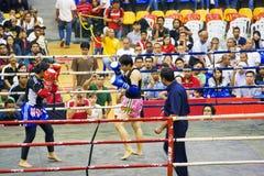 Acción del boxeo de retroceso de las mujeres Fotos de archivo