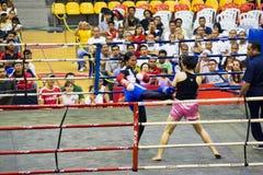 Acción del boxeo de retroceso de las mujeres Fotografía de archivo