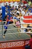 Acción del boxeo de retroceso de las mujeres Imagenes de archivo