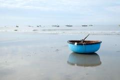 Acción del coracle en la playa, pueblo pesquero en Hai largo Fotos de archivo libres de regalías