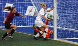 Acción del encargado de la bola de las mujeres del fútbol de los juegos de Canadá Foto de archivo libre de regalías