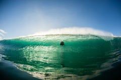 Acción del escape de la persona que practica surf del agua de la onda Fotografía de archivo
