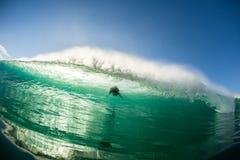 Acción del escape de la persona que practica surf del agua de la onda Foto de archivo libre de regalías