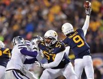 2014 acción del fútbol del NCAA - estado de WVU-Kansas Foto de archivo