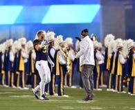 2014 acción del fútbol del NCAA - estado de WVU-Kansas Fotos de archivo libres de regalías