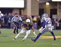 2014 acción del fútbol del NCAA - estado de WVU-Kansas Imagen de archivo