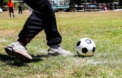 Acción del fútbol en juego Imagen de archivo libre de regalías