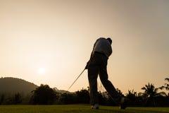 Acción del golfista mientras que puesta del sol Fotografía de archivo libre de regalías