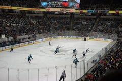 Acción del hockey sobre hielo con la muchedumbre llena Foto de archivo libre de regalías