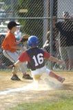 Acción del juego de béisbol de la liga pequeña Fotos de archivo libres de regalías