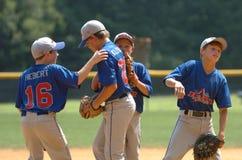 Acción del juego de béisbol de la liga pequeña Foto de archivo libre de regalías