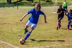 Acción del juego de la muchacha del fútbol del fútbol Imágenes de archivo libres de regalías