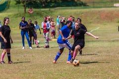 Acción del juego del desafío de la muchacha del fútbol del fútbol Imagen de archivo libre de regalías