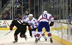 Acción del juego del hockey sobre hielo Imagen de archivo libre de regalías
