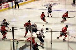 Acción del jugador en el juego de hockey de los Chicago Blackhawks Fotos de archivo