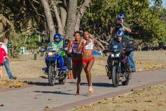 Acción del maratón de las muchachas Imágenes de archivo libres de regalías