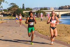 Acción del maratón de las muchachas Imagen de archivo libre de regalías