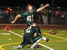 Acción del partido de fútbol de la High School secundaria Fotos de archivo libres de regalías