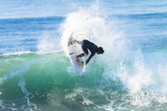 Acción del paseo de la persona que practica surf que practica surf Imagen de archivo