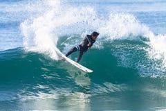 Acción del paseo de la persona que practica surf que practica surf Foto de archivo