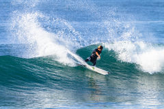 Acción del paseo de la persona que practica surf que practica surf Fotografía de archivo libre de regalías