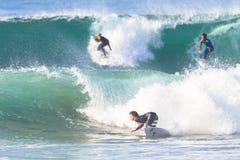 Acción del paseo de la persona que practica surf que practica surf Imágenes de archivo libres de regalías