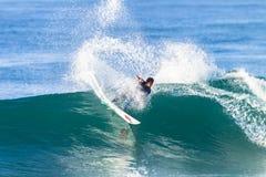 Acción del paseo de la persona que practica surf que practica surf Foto de archivo libre de regalías
