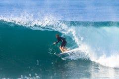 Acción del paseo del tubo de la persona que practica surf que practica surf Fotografía de archivo