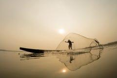 Acción del pescador en el fishingnet del barco Imágenes de archivo libres de regalías