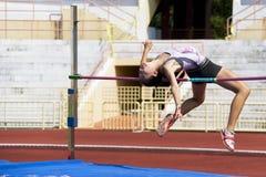 Acción del salto de altura de las mujeres Imagenes de archivo