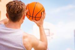 Acción del tiroteo del baloncesto Foto de archivo