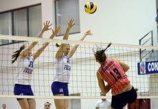 Acción del voleibol de las mujeres Imagen de archivo