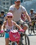 Acción dentro del día ucraniano de la bicicleta en Járkov Ucrania Imagen de archivo libre de regalías