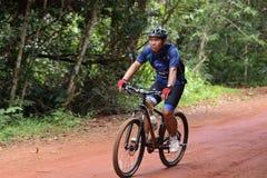 Acción desconocida de los motoristas en la bicicleta que compite con para el compet de Pang Sida Foto de archivo libre de regalías