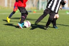 Acción durante partido de fútbol de los niños Fotos de archivo libres de regalías